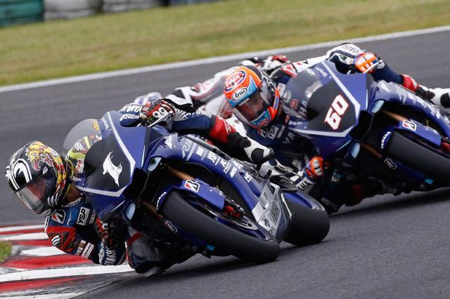 画像: ゼッケン1の中須賀は、首位に立ってからは一度もその座を譲ることがありませんでした。一方ゼッケン60のM.V.D.マークは、高橋巧(ホンダ)の脱落後は2番手をキープしていましたが、ラストラップの転倒により13位までポジションを落としてしまいました・・・。 race.yamaha-motor.co.jp