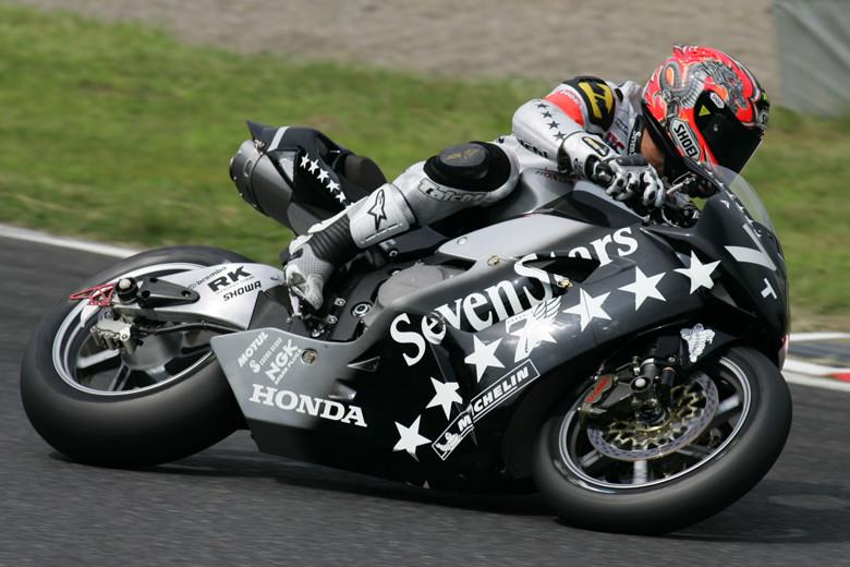 画像: 2005年大会で、ホンダCBR1000RRWを駆る清成。スタートライダーをつとめた清成は好スタートでトップに浮上すると、ぐんぐん後続を引き離す好走ぶり。宇川徹も万全の走りで、2位に4周もの大差をつける完勝でした。 www.suzukacircuit.jp
