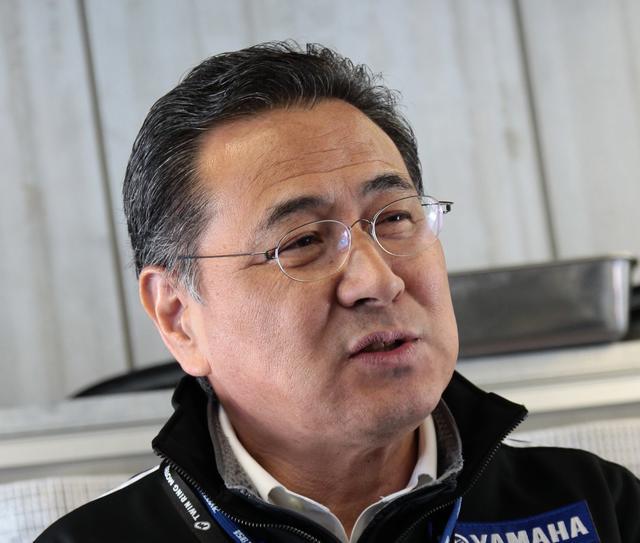 画像: 【プロフィール】 平 忠彦 (たいら ただひこ) 1956年生まれ。福島県出身。 1983年にYAMAHAのエースライダーとして全日本選手権に参戦。同年~1985年に3連覇を飾った。1986年、1987年にはWGP(ロードレース世界選手権)にフル参戦した。 鈴鹿8耐においては、1985年にケニー・ロバーツとのペアで参戦。マシントラブルによりリタイヤとなるも、斬新なマシンカラーリングやドラマチックなレース展開で人々の記憶に残るレースとなっている。その後、1990年に自身初の優勝を果たした。