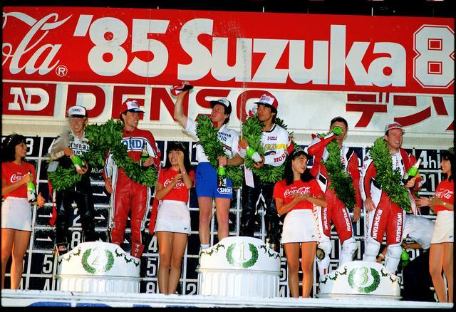画像: 1985年大会、表彰台の中央に立つガードナー/徳野組。 オートバイ/モーターマガジン社