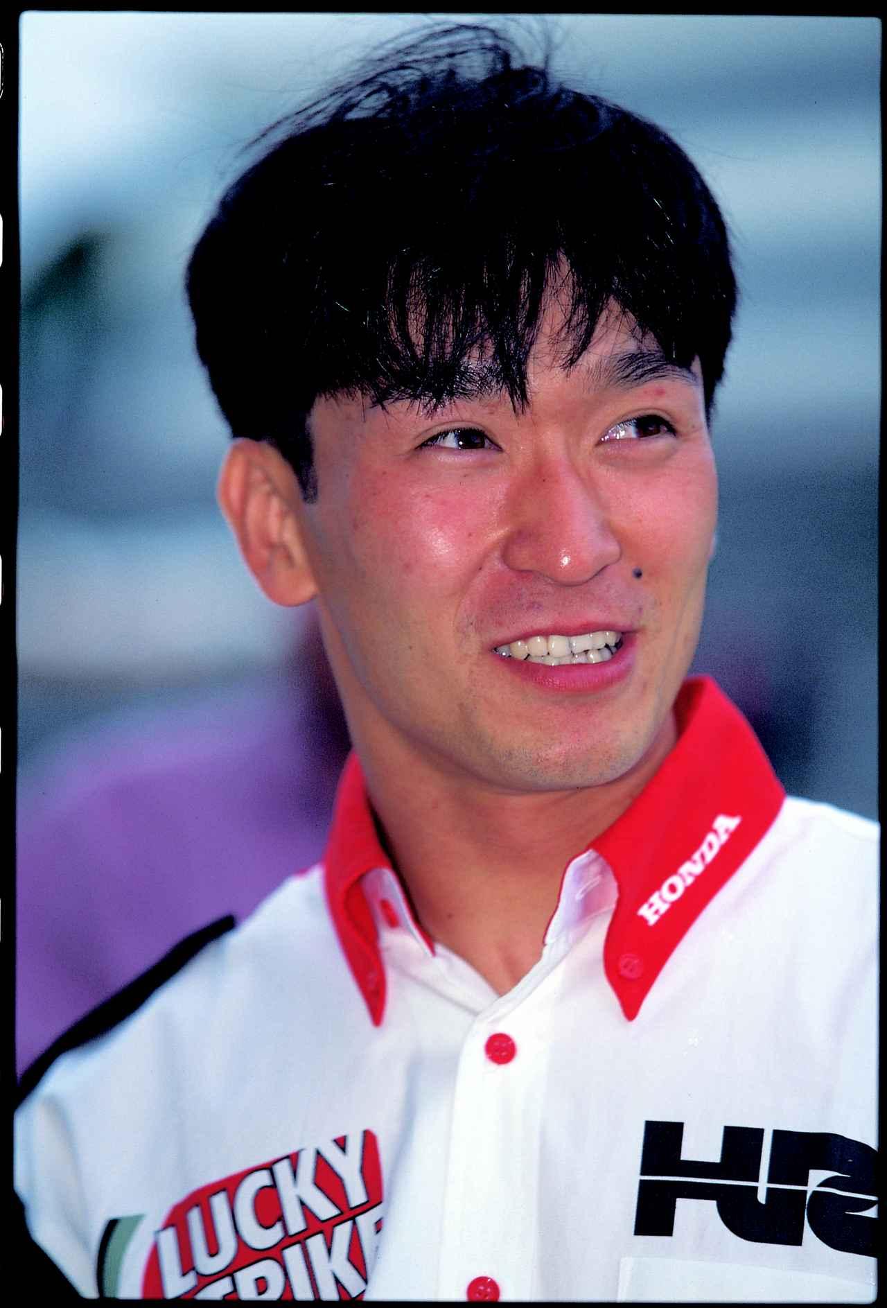 画像: 1998年、伊藤真一とラッキーストライクホンダのRVF/RC45に乗った宇川は、序盤からレース展開をリード。ライバルたちのアタックを退け、見事2年連続同一ペア優勝を記録しました。 ©︎オートバイ/モーターマガジン社