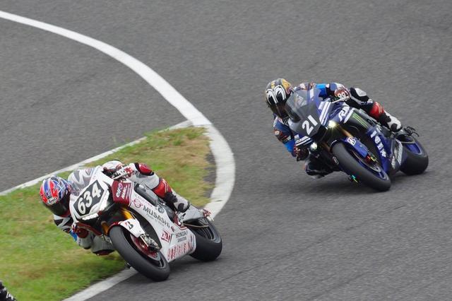 画像: 逃げる高橋(ホンダ)と追う中須賀(ヤマハ)。この2チームの優勝争いを予想させる序盤の展開でした・・・。 twitter.com