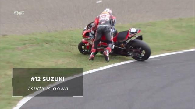 画像: そしてナント! 予選2位のヨシムラのエース、津田拓也は2周目で転倒・・・。早くも優勝戦線から離脱してしまいました。 www.youtube.com