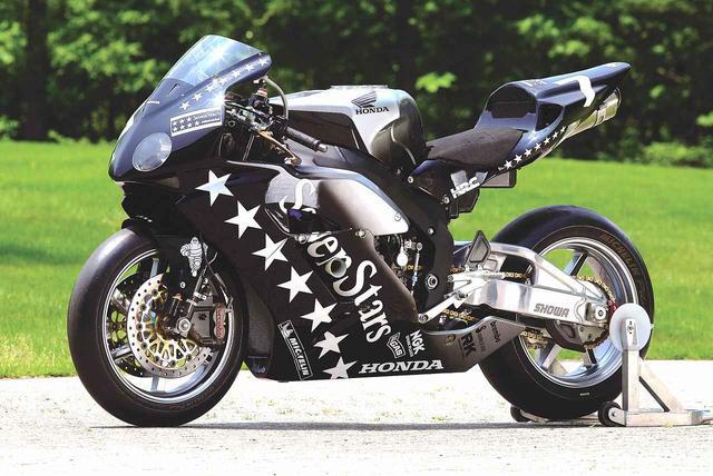 画像: 2004年型の鈴鹿8耐用CBR1000RRW。スイングアームはユニットプロリンクですが、CBR1000RRWは量産車のCBR1000RRとは異なるものを採用していました。最高出力は公称195馬力です。 オートバイ/モーターマガジン社