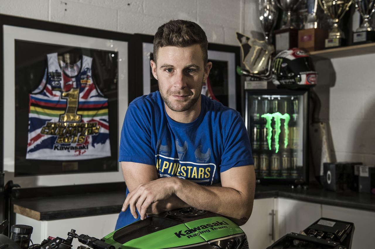 画像: 自宅でくつろぐJ.レイ。今年チームグリーンで鈴鹿8耐を戦えることを名誉に思っており、とてもエキサイトしている・・・と語っています。 www.jonathan-rea.com