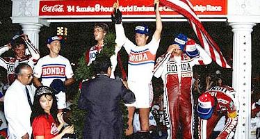 画像: 表彰台中央に立つF.マーケル。両手を上げているのが、パートナーのM.ボールドウィンです。 www.suzukacircuit.jp