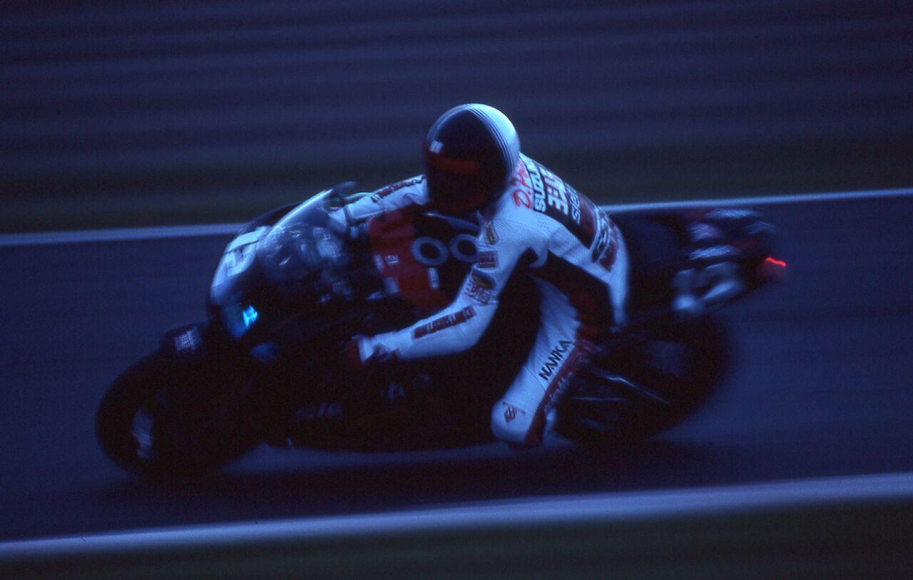 画像: 1990年、K.シュワンツに代わるヨシムラ鈴鹿8耐のエースとして、GSX-R750Rを駆るD.ポーレン。この年彼は開幕前テストでの転倒で足の指を4本失う大怪我をし、その影響で精彩を欠いたシーズンを送ることになりました。©︎モビリティランド/鈴鹿サーキット