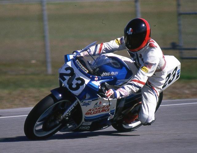 画像: 1987年、テキサスに本拠を置くコルセアレーシングからAMAのスーパーバイククラスに参戦。ババ・ショバート、ケビン・シュワンツ、ウェイン・レイニーらトップチームのライバル相手に年間4位という好成績をおさめました。このプライベーター時代のスズキGSX-Rでの活躍が、ヨシムラライダー採用の契機となりました。 www.motorcyclemuseum.org