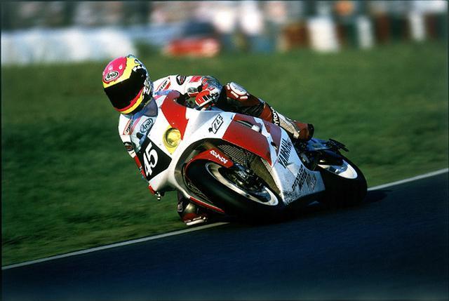 画像: 1996年鈴鹿8耐でヤマハYZF750に乗るC.エドワーズ。チームメイトの芳賀紀行とともに史上最年少の8耐優勝記録を打ち立てました。なおエドワーズは、前年の鈴鹿8耐では永井康友とペアを組み、5位を記録しています(YZF750SP)。 race.yamaha-motor.co.jp