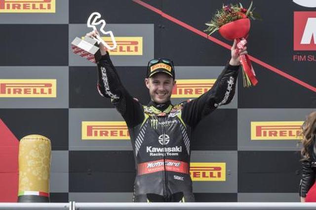 画像: 今年のSBK第3戦アラゴンの表彰台に立つレイ。現在ポイントリーダーで、4連覇への視界は良好? www.jonathan-rea.com
