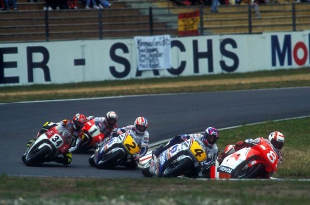 画像: 1993年ドイツGP500ccクラス。ゼッケン4のオージーライダー、ダリル・ビーティー(ホンダ)が初優勝を記録したレースとなりました。 twitter.com