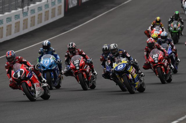 画像: レース1のスタート! ホールショットを奪ったのは高橋巧(ホンダ、ゼッケン1)。しかしすぐに清成龍一(ホンダ、ゼッケン23)がこれを抜き、首位に浮上しました・・・。 www.superbike.jp