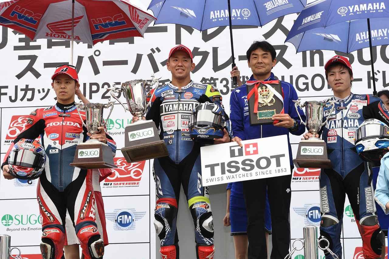 画像: レース2の表彰式。左から2位の高橋巧(ホンダ)、優勝の中須賀克行(ヤマハ)と監督の吉川和多留。そして3位の野左根航汰(ヤマハ)。 www.superbike.jp