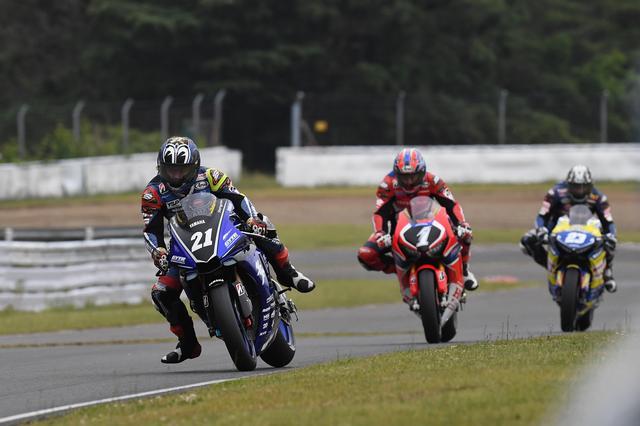 画像: 左から中須賀(ヤマハ)、高橋(ホンダ)、清成(ホンダ)の首位争い。最終的に中須賀は、2位高橋に5秒5の差をつけて優勝しました。 www.superbike.jp