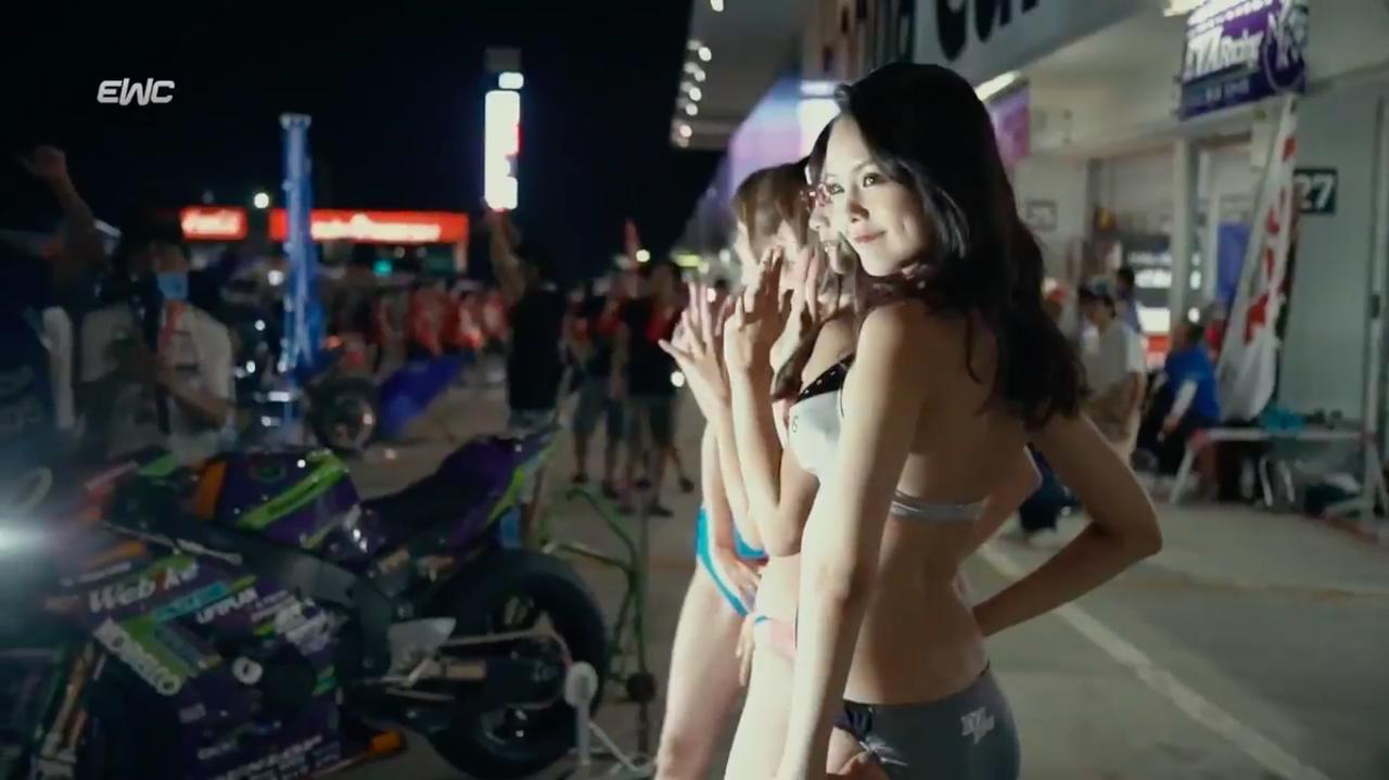 画像: 麗しいレースクィーンのみなさまも、鈴鹿8耐の大きな見所のひとつです!!! ←強調? www.youtube.com