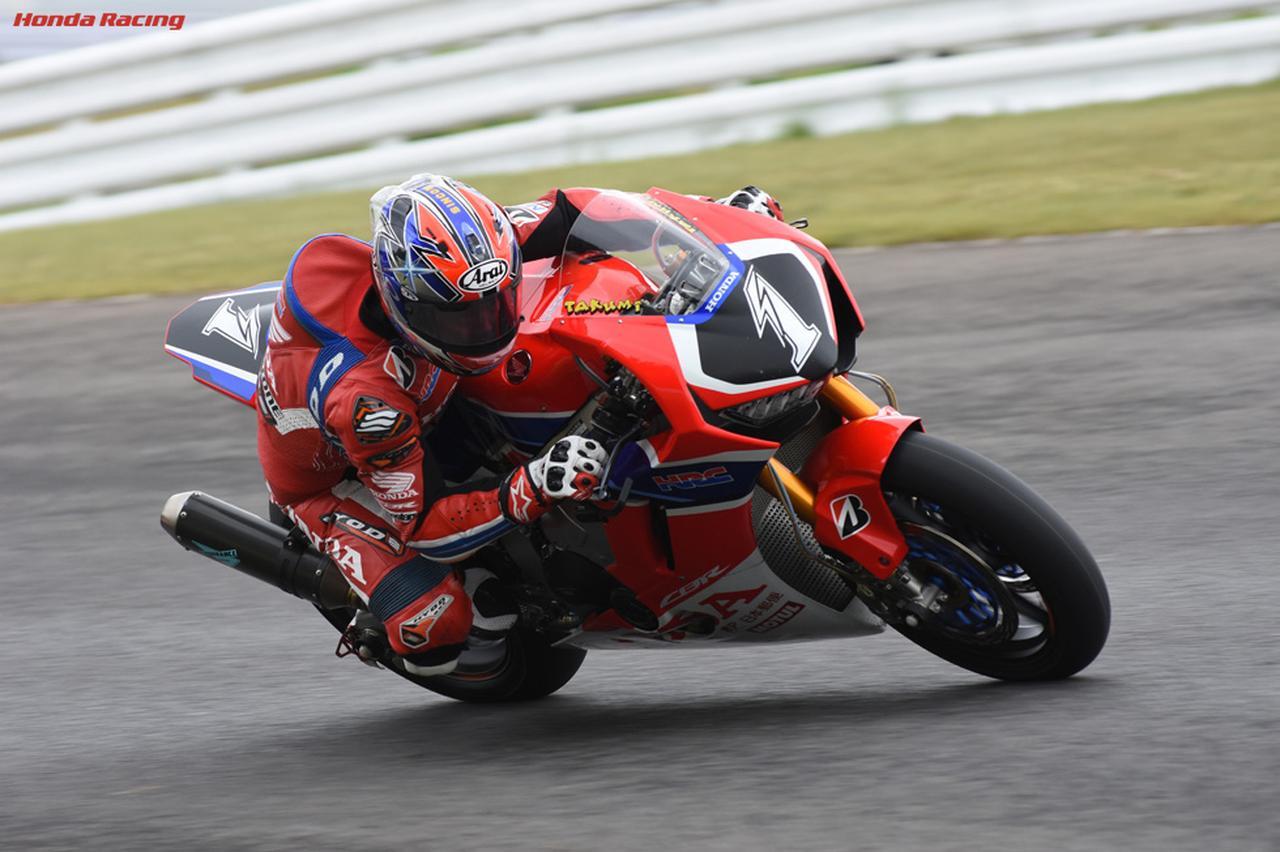 画像: 先日のスポーツランドSUGOでの全日本JSB1000・レース2では、ランキング首位の中須賀克行のヤマハYZF-R1と好勝負を演じた、HRCのエースである高橋巧。このレースでは今シーズン初めてコースレコードを更新。ホンダのワークスマシンであるCBR1000RRWの戦闘力も、かなり向上しているみたいです! www.honda.co.jp