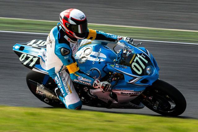 画像: GP時代の最大最強ライバルでかけがえのない友人であるウェイン・レイニーのデザインのヘルメットで、2013年の鈴鹿8耐を戦ったK.シュワンツ。この年のTeam KAGAYAMAの試みは、世界を驚かせました! www.asphaltandrubber.com
