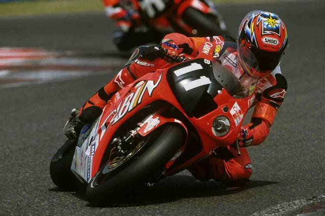 画像: 決勝を走ったライダーでは、11番をつけたホンダ車で初めて日本人鈴鹿8耐ウィナーとなった加藤大治郎(2002年)。 www.suzukacircuit.jp