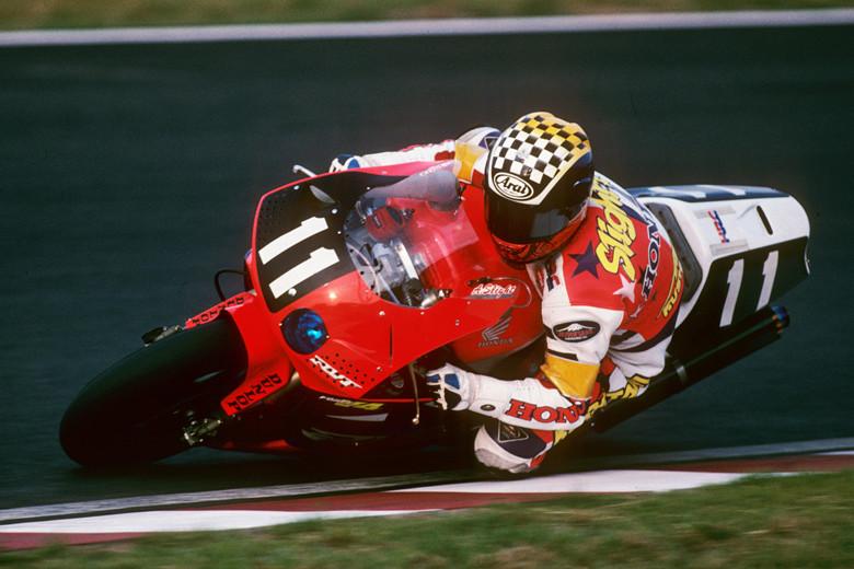 画像: 1994年(写真)と1995年、RVF/RC45で連覇したA.スライト。カワサキ時代の1993年の勝利(パートナーはスコット・ラッセル)を加えると、個人8耐3連覇という偉業でした! www.suzukacircuit.jp