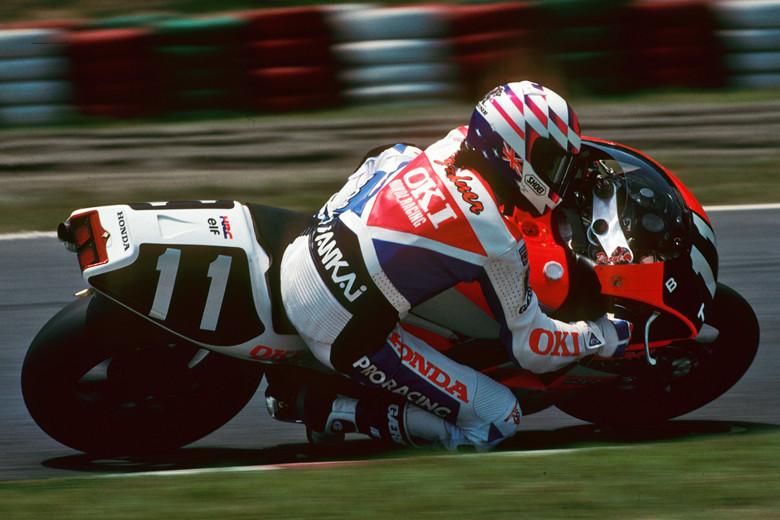 画像: 鈴鹿8耐4勝の記録を持つガードナーですが、11番をつけての勝利は1991年と、この写真の1992年の2回でした。 www.suzukacircuit.jp