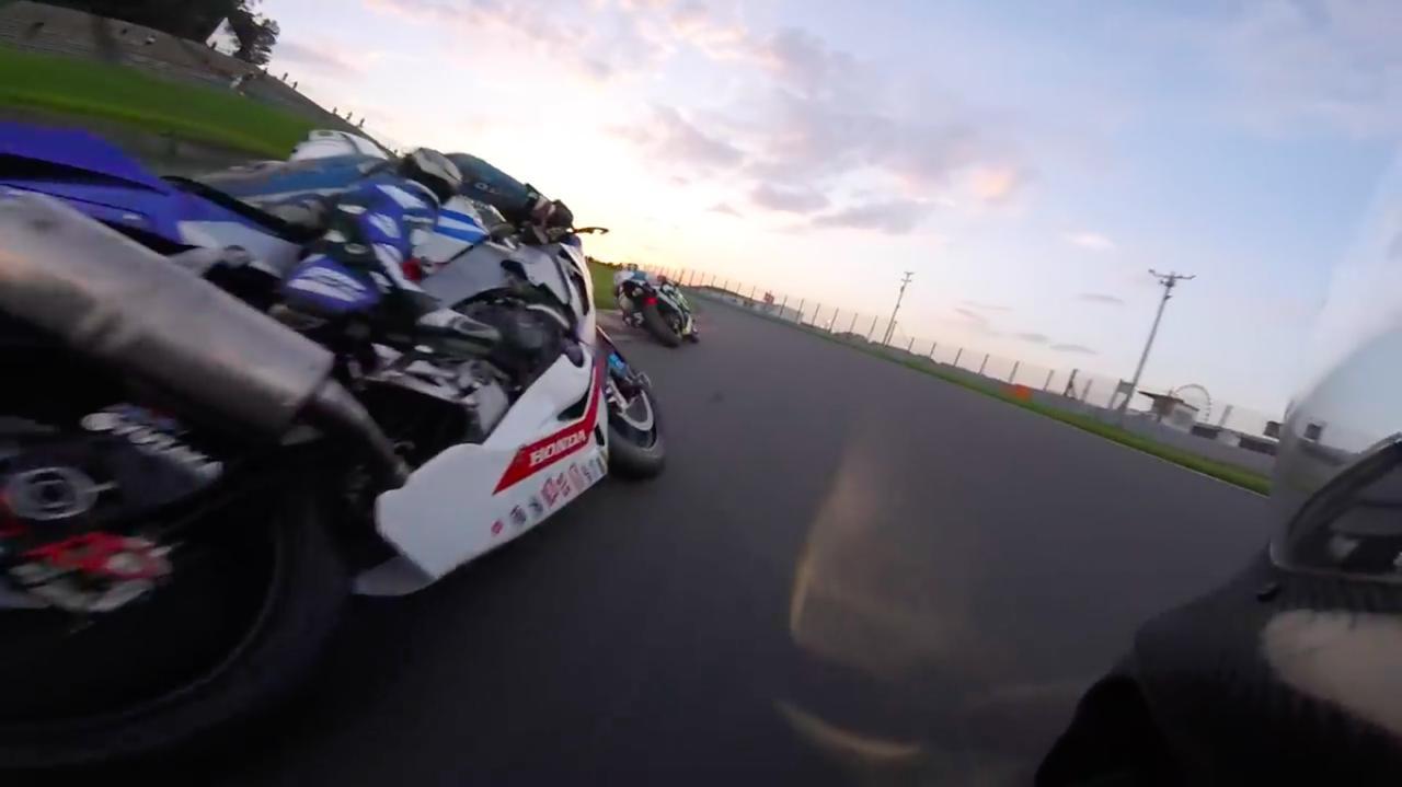画像: まるでN.カネパ本人になって、夕暮れ迫る鈴鹿サーキットを激走した気分を満喫できます! www.youtube.com
