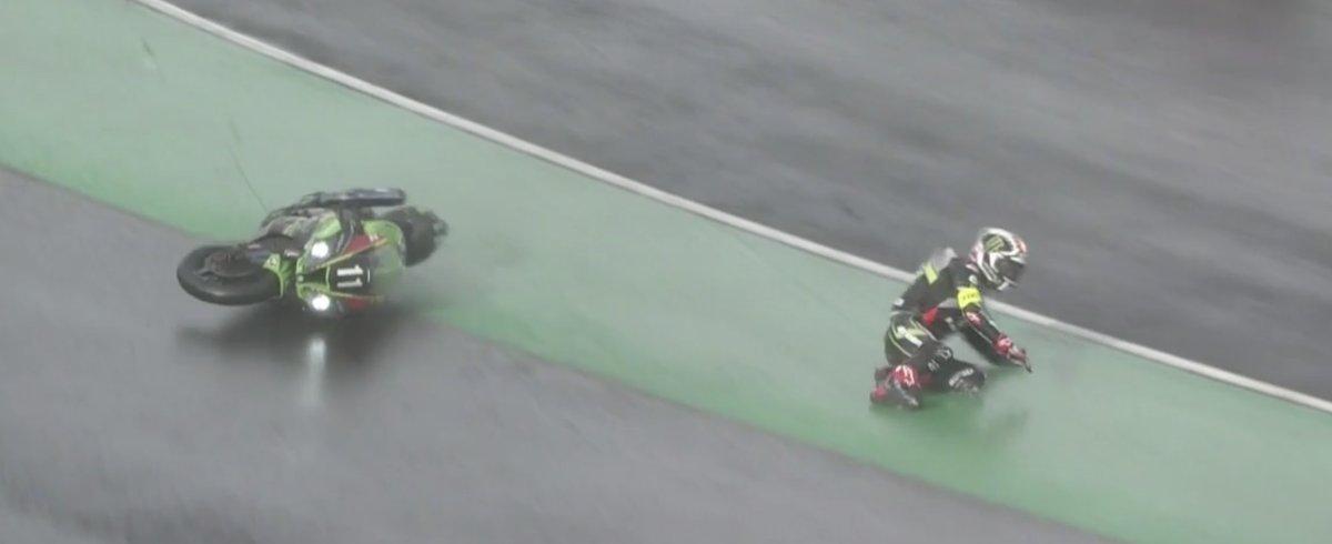 画像: 驚異的な速さと、抜群の安定感で鈴鹿サーキットに集った人々を魅了していたJ.レイ(カワサキ)ですが、なんとセーフティーカー介入時のスロー走行中に転倒・・・。低速走行で冷えたスリックタイヤが、レイの予想よりもはるかにグリップ低下を引き起こしていたのでしょうか・・・。 www.fimewc.jp