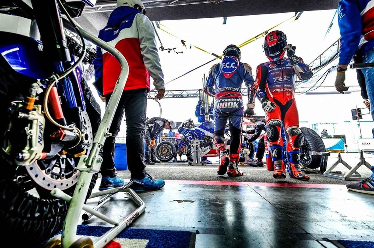 画像: ディフェンディングチャンピオンとして今シーズンを戦うF.C.C. TSRホンダ フランス。2番グリッドの好位置から、第3戦スロバキアリンク8時間の決勝に挑みます。 www.facebook.com