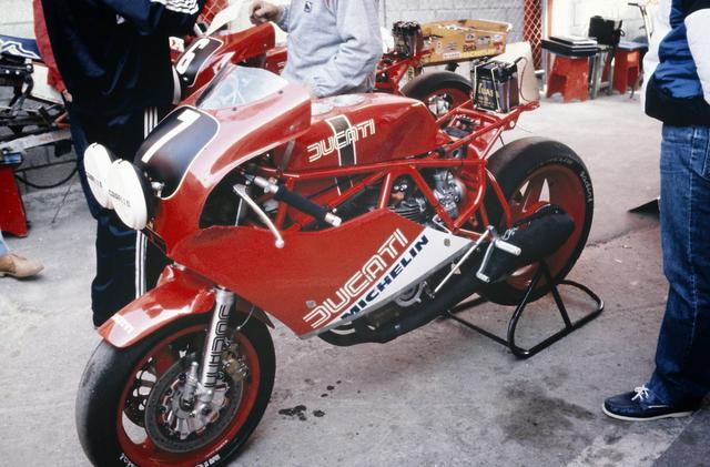 画像: 1984年リェージュ24時間、ドゥカティ・コルセが投入した750F1の耐久レーサー。空冷エンジン時代は、NCRの活躍などドゥカティは耐久レースに熱心でした。彼らが復活したら・・・FIM EWCはより一層盛り上がるでしょうね。 hiveminer.com