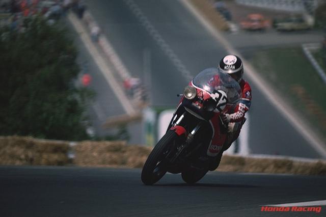 画像: 1976年リェージュ24時間で、フルスケール997.5ccとなり最高出力を120ps/9,000rpmまで高めたホンダRCB480Aを駆るクリスチャン・ユゲ。同じホンダRCBに乗るレオン/シュマラン組に次ぐ、2位でゴールした。 www.honda.co.jp