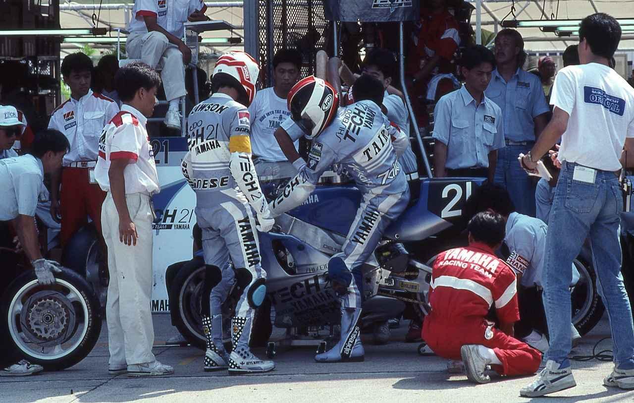 画像: 1990年は平忠彦/E.ローソン組で挑戦! 当時平は「今までのペアの中で最も相性の良いライダー。ローソンのおかげです」と、自らの鈴鹿8耐初制覇を助けたローソンに感謝を述べていました。オートバイ/モーターマガジン社