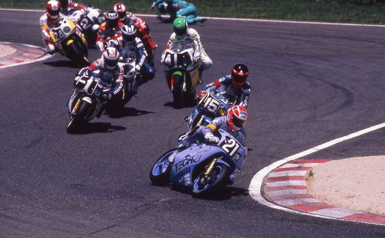画像: 1987年は、鈴鹿8耐直前にパートナーの平忠彦が負傷したため、急遽世界ロードレースGP250ccクラスを走るマーチン・ウィマーがケビン・マギー(写真)と組むことに! 本命のワイン・ガードナー/ドミニク・サロン組(ゼッケン1)のサロンが転倒でリタイア。そしてレース終了間際に、首位のヨシムラが転倒してことでトップに浮上。そのままチェッカーを受けて、見事ヤマハの鈴鹿8耐初優勝を達成しました! オートバイ/モーターマガジン社