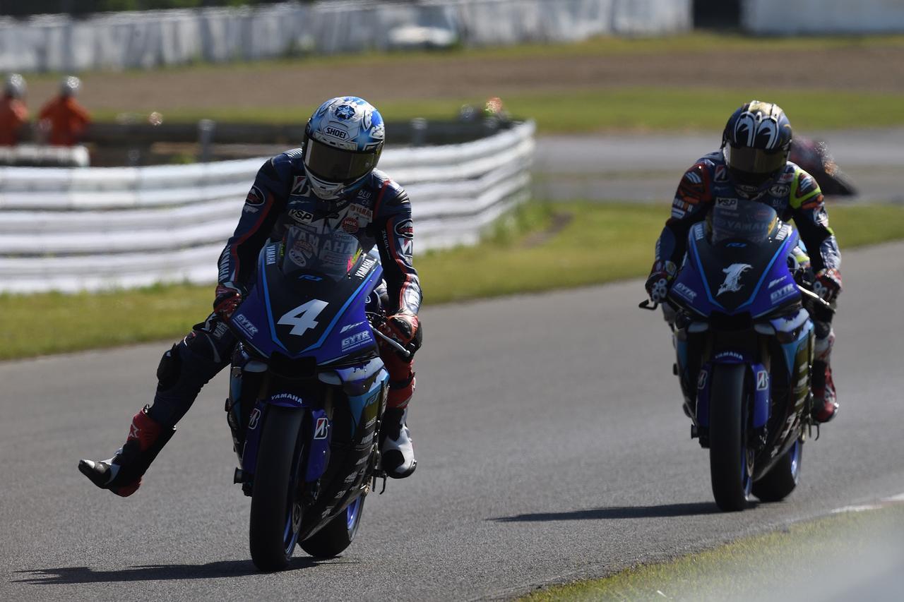 画像: 土曜日のレース1、2位争いはヤマハ・ファクトリー・レーシング・チーム同士の一騎打ち! 左が3位の野左根 航汰、右が2位の中須賀克行。 www.mfj.or.jp