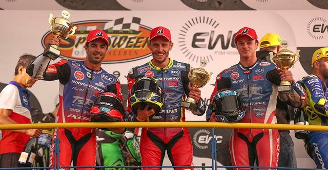 画像: 表彰台で笑顔を見せる、F.C.C. TSR ホンダ フランスのライダーたち。左からマイク・ディ・メリオ、フレディ・フォレイ、そしてジョシュ・フックです。 www.honda.co.jp