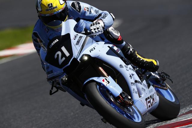 画像: 初代TECH21号に乗った、ケニー・ロバーツへのリスペクト仕様のヘルメットが印象的なA.ローズ(ヤマハ)。 race.yamaha-motor.co.jp