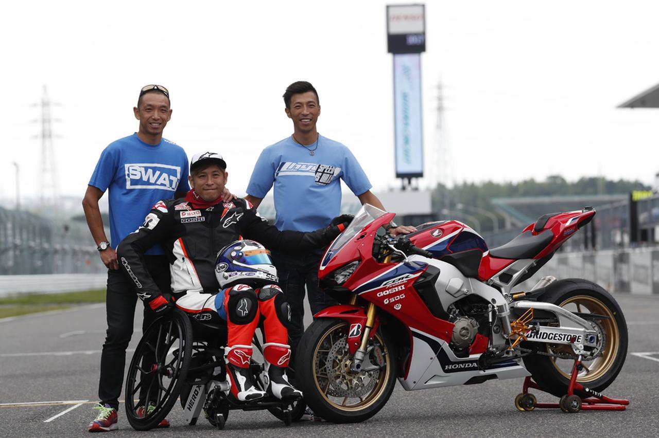 """画像: 左から今年も鈴鹿8耐に参戦する長男の宣篤、レーシングレザーに身を包んだ次男の拓磨、そして現役オートレーサーとして戦う元世界ロードレースGP125ccクラス王者の治親。ベテランロードレースファンの多くは、1980年代以降の""""青木三兄弟""""の活躍を懐かしく思うことでしょう・・・。 www.suzukacircuit.jp"""