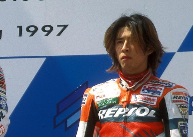 画像: 1997年の世界ロードレースGP、当時の最高峰500ccクラスで2気筒のNSR500Vを駆り、青木拓磨は堂々ランキング5位という好成績を残しました・・・。 www.boxrepsol.com