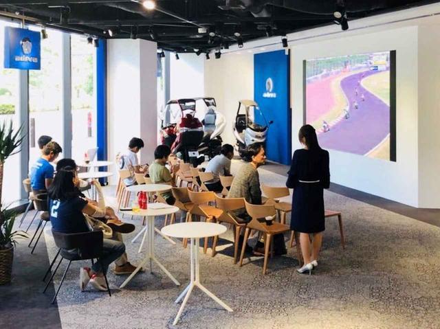 画像: 溜池山王駅などからアクセスできる赤坂ショールーム。ライブを映すスクリーンより、見目麗しいアディバレディばかり見ないように注意が必要ですね(笑)。 adiva-world.jp