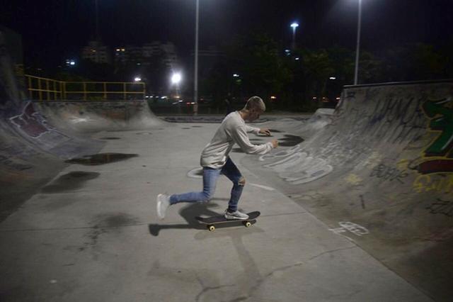 画像3: ジャスティン・ビーバーが夜の貸し切りパークでひとり真剣にスケート