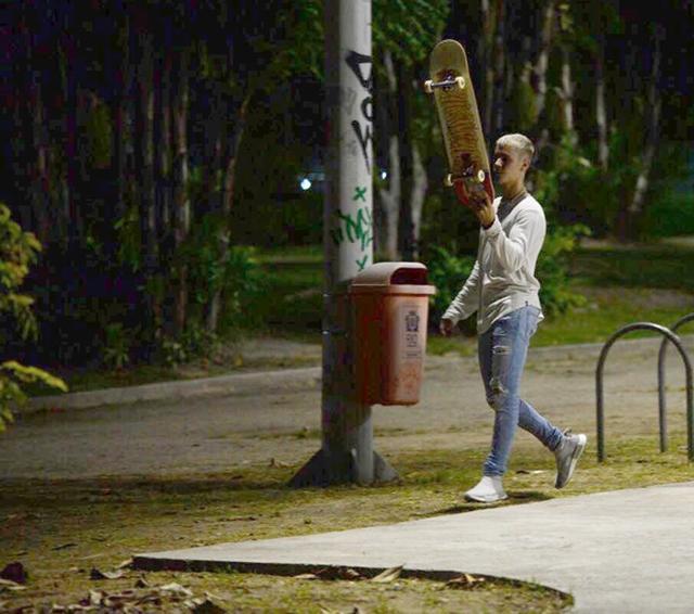 画像4: ジャスティン・ビーバーが夜の貸し切りパークでひとり真剣にスケート
