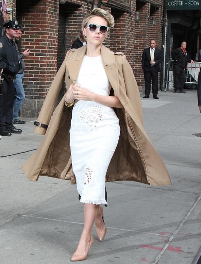 画像: メリハリボディでタイトドレスをクールに着こなすスカーレット