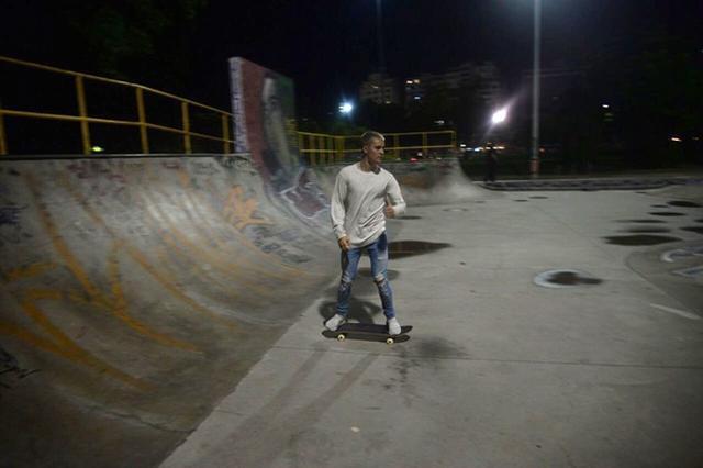 画像2: ジャスティン・ビーバーが夜の貸し切りパークでひとり真剣にスケート