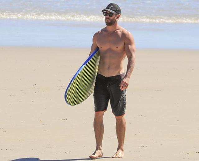 画像3: マット・デイモン、仲良し『アベンジャーズ』セクシー俳優と家族連れて豪有名ビーチへ