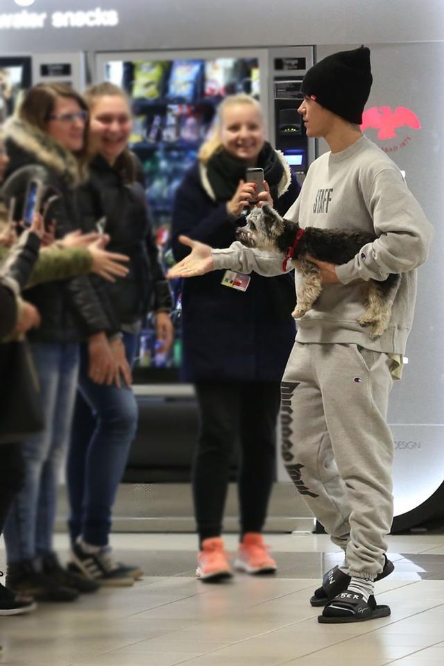 画像: ヴァーツラフ・ハヴェル・プラハ国際空港では自分からファンに歩み寄って握手の手を差し伸べていた