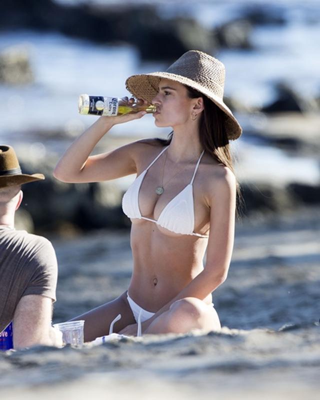 画像4: 美人モデル、休日に恋人とビーチで雑誌撮影さながらの美ボディ披露