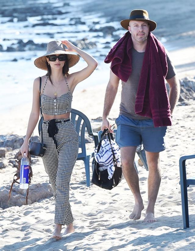画像3: 美人モデル、休日に恋人とビーチで雑誌撮影さながらの美ボディ披露