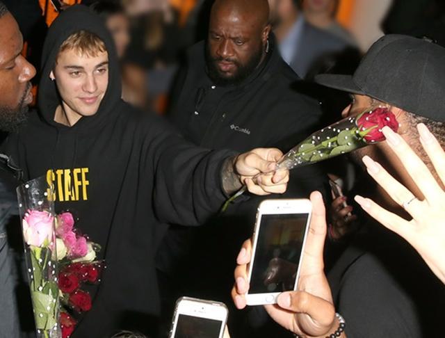 画像: 出待ちのファンのためにバラの花束を用意
