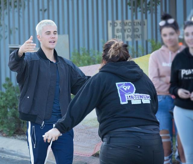 画像: オーストラリアで「おいで!」という風にファンとハグ