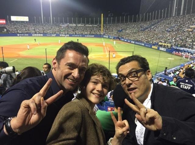画像: 神宮球場で野球観戦しているヒュー。