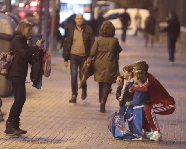 画像: バルセロナで子供たちとグループ撮影