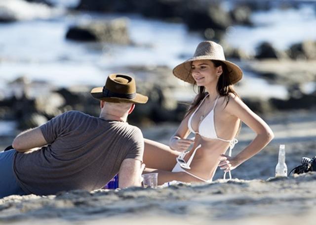 画像5: 美人モデル、休日に恋人とビーチで雑誌撮影さながらの美ボディ披露